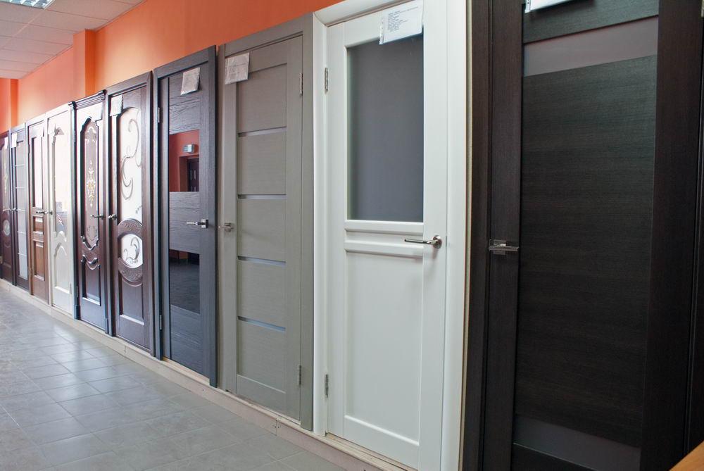 магазин с большим выбором металлических дверей